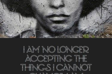 "Citat af Angela Davis: ""I am no longer accepting the things I cannot change, I am changing the thins I cannot accept."" Originalfoto: Thierry Ehrmann. Citatillustration: Maria Busch"