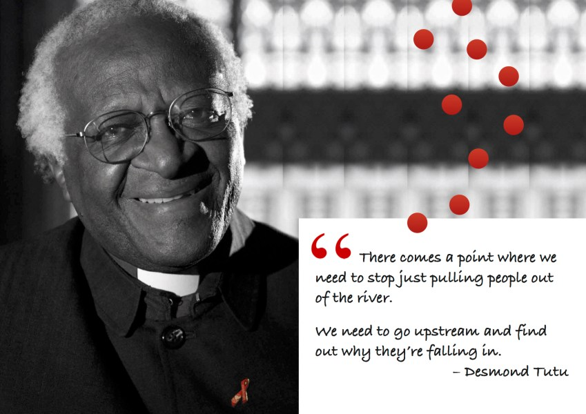 "Citat af Desmond Tutu: ""There comes a point where we need to stop just pulling people out of the river. We need to go upstream and find out why they're falling in."" Originalfoto: Benny Gool fra hu.wikipedia.org. Citatillustration: Maria Busch"