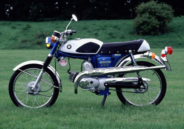 The Suzuki's AS-50 single cylinder two stroke engine produced a lively 4.9 bhp at 8500 rpm, which was propelling this light and handsome motorbike to well over 80 kph.