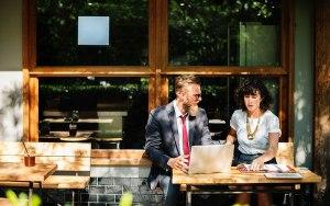 doradca berelocated pomaga pracownikowi z zagranicy podjąć decyzję odnośnie wynajmu mieszkania