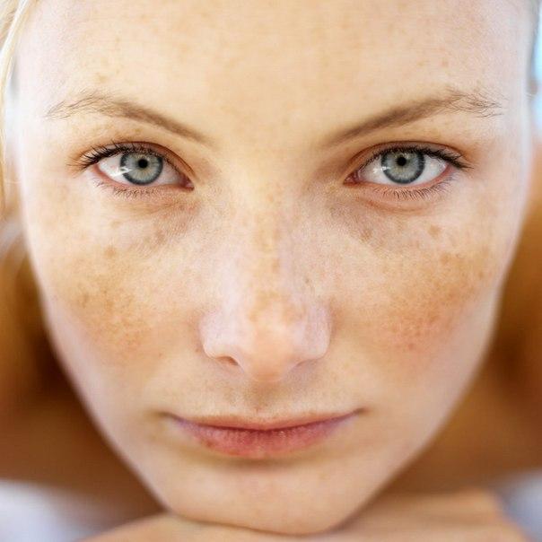amelyből vörös foltok jelennek meg a nők arcán