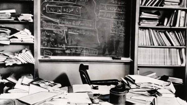 En sevdiğim görsel; Albert Einstein'ın çalışma masası.