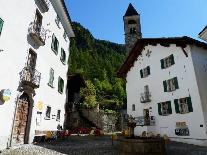 Zentrale Piazza in Bondo mit Negozio Osteria Salis