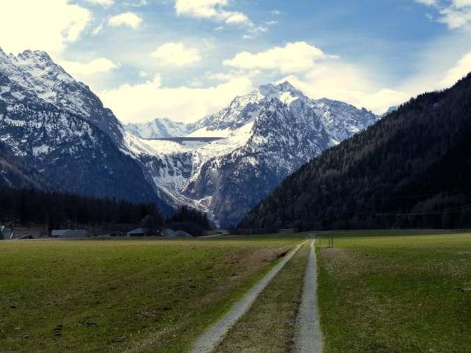 Beginn des Sentiero Panoramico: Casaccia, oben die Albinga-Staumauer