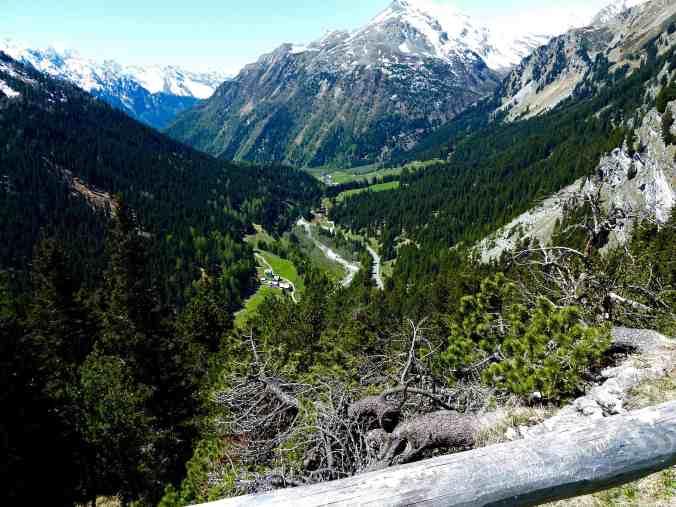 Blick vom Belvedere-Turm hinab ins Bergell