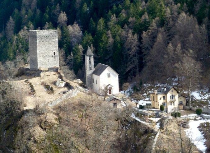 Blick auf die Porta von oben: Wehrturm, Kirche Nossa Donna & Villa Castelmur