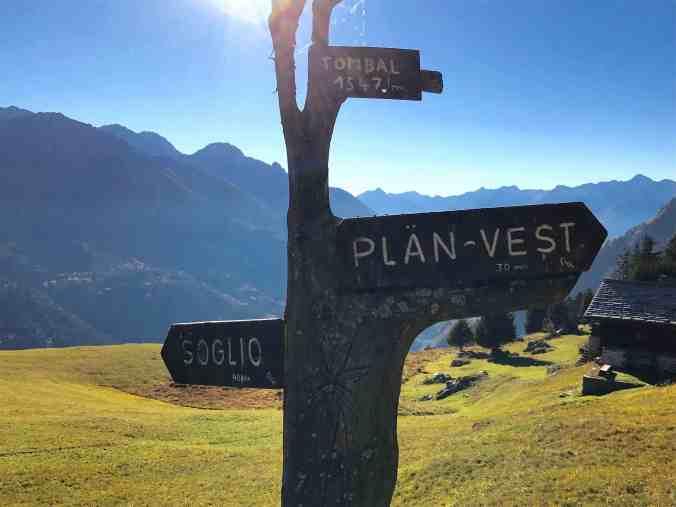 Hier geht's lang: Wegweiser auf Alp Tombal