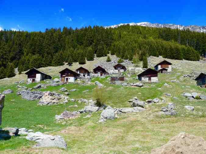 Die Hütten von Plän Vest, oben die Spitze des Piz dal Märc