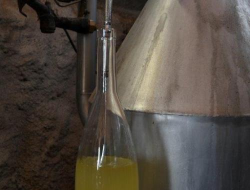 L'huile se sépare de l'eau florale