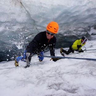 Eisklettern in den Gletscherspalten des Taschachferners.