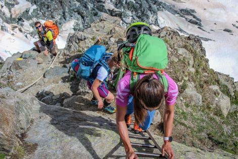 Seile und Leitern helfen über die Felsstufen.
