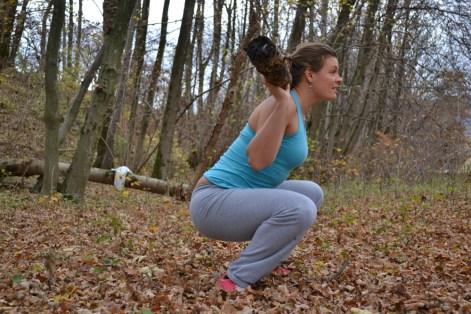 Gerader Rücken, Blick nach vorne, Knie leicht nach außen