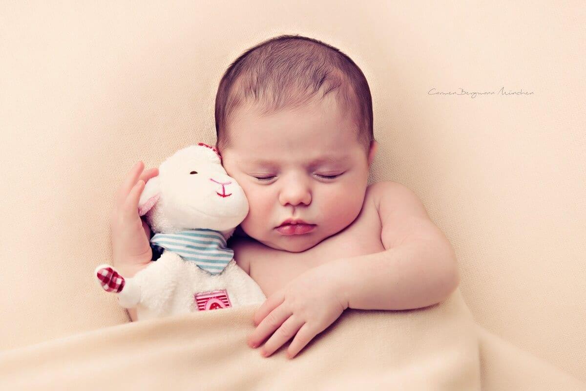 Natuerliches Neugeborenen Shooting mit Stofftier in Muenchen Carmen Bergmann Fotografie