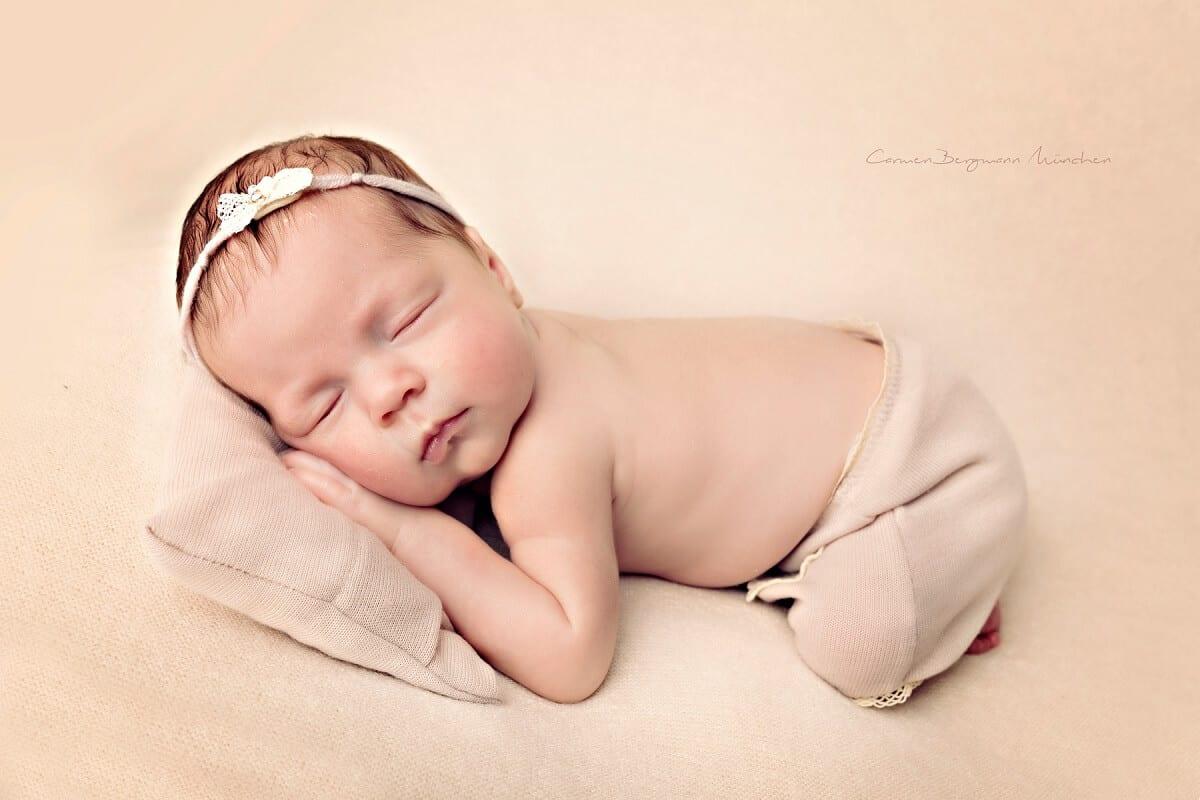 Neugeborenenshooting Muenchen mit Kranz in Harr suess