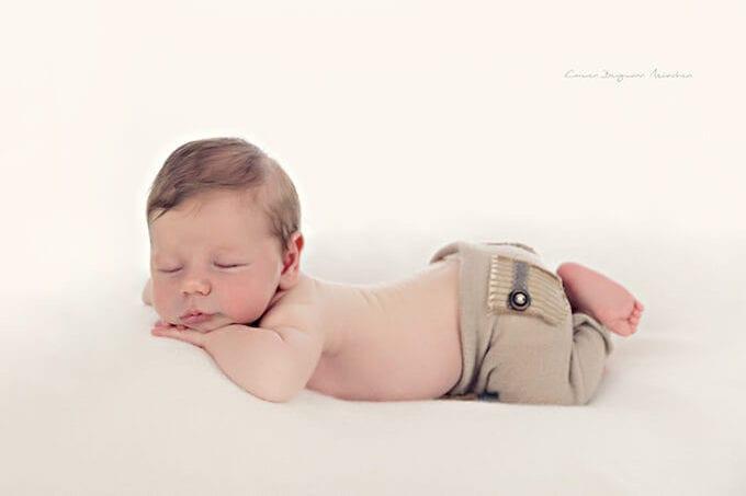 Neugeborenen Shooting in Muenchen im Fotostudio by Carmen Bergmann kleines Kind liegt mit Hose auf Decke