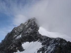 Nur kurz hellte es einmal auf und der Gipfel war fast sichtbar