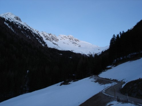 Bis zur Bizathütte mussten wir die Skier tragen. Oben der Gr. Löffler