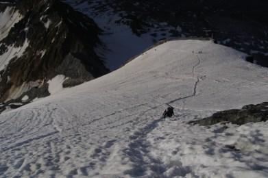 Die letzten wirklich steilen Meter durch den Schnee... bald beginnt der senkrechte Schotterhaufen
