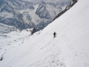 Abfahrt von Joe im steilen Hang unterhalb vom Gipfel