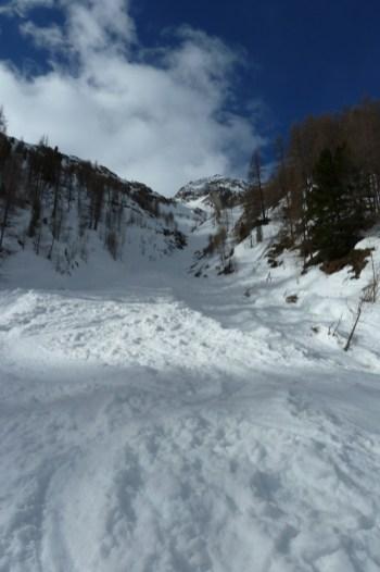 Die Rinne, welche vom Boden des Eishofes bis über die Waldgrenze führt.