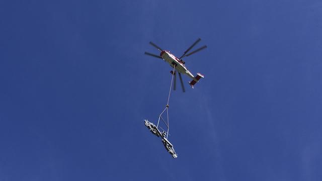 Schwerlast-Helikopter KAMOV bringt Sesselbahnmasten
