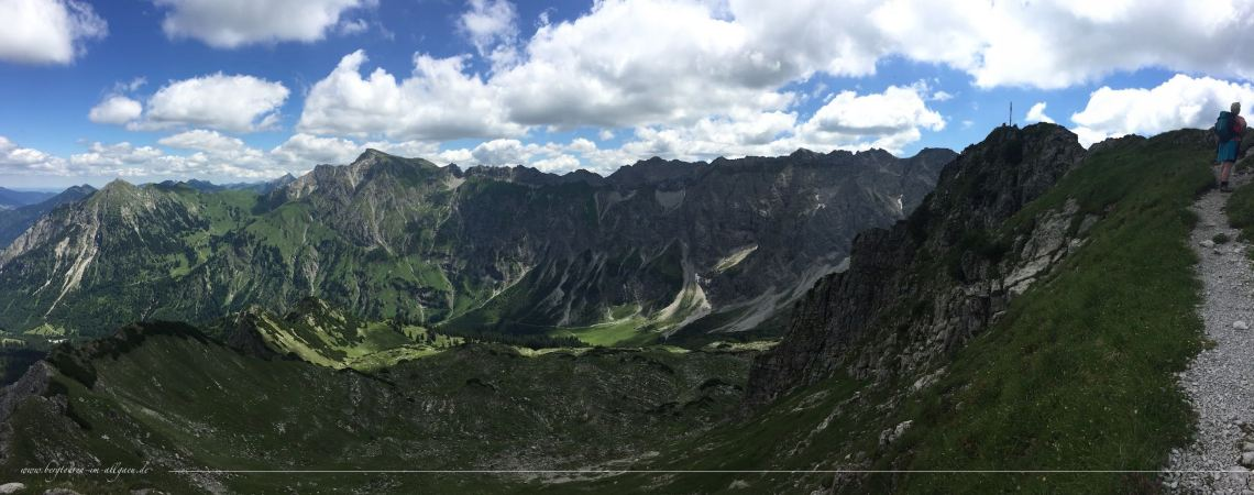 Entschenkopf Gipfel mit Daumenmassiv und Retterschwanger Tal