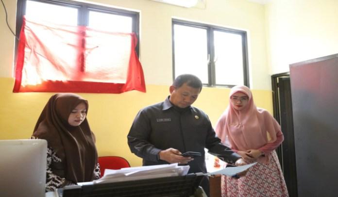Pj Wali Kota Iqbal Suhaeb saat mengunjungi kantor Kecamatan Panakkukang. (BERITA.NEWS/Ratih Sardianti Rosi).