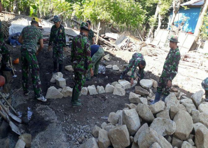 TNI bantu mengerjakan Pondasi rumah Apong. (BERITA.NEWS/Muh Ilham).