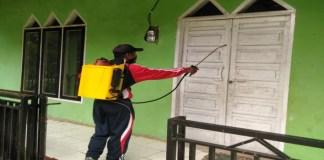 Penyemprotan disinfektan di sejumlah fasilitas umum di Kecamatan Tinggimoncong, Gowa. (Foto: Ist).