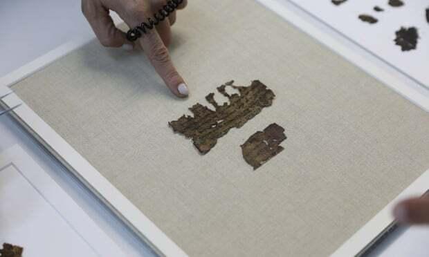 Beatriz Riestra, seorang peneliti dari Israel Antiquities Authority, menunjuk pada fragmen gulungan Laut Mati yang baru ditemukan. Foto: Abir Sultan / EPA