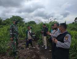 Koramil 1207-05/Sungai Raya, membantu penyelesaian sengketa batas tanah antara dua Desa