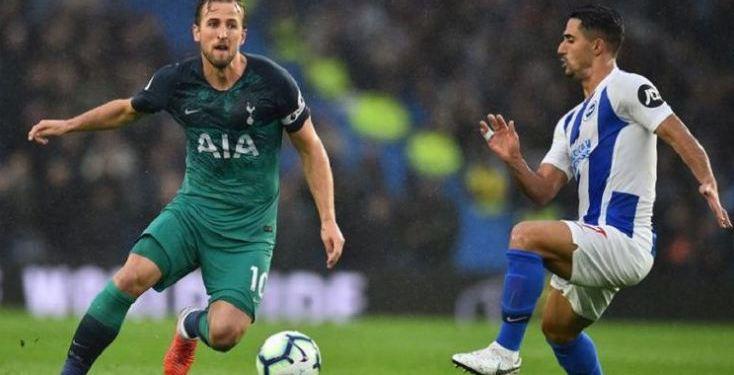 Beram Kayal mengawal Harry Kane pada laga Brighton & Hove Albion vs Tottenham Hotspur dalam lanjutan Premier League di Stadion American Express Community, 22 September 2018.