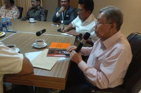Kwik Kian Gi saat diskusi dengan Timses Jokowi di Posko Cemara.