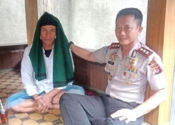 US alias Uus Sukmana pembawa bendera Tauhid di acara Hari Santri Nasional, di Garut Jawa Barat.