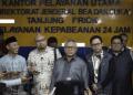 Ketua KPU Arief Budiman (tengah) didampingi Komisioner KPU dan Bawaslu menyampaikan keterangan pers.