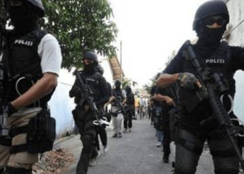 Densus 88 saat mengejar teroris Bekasi.