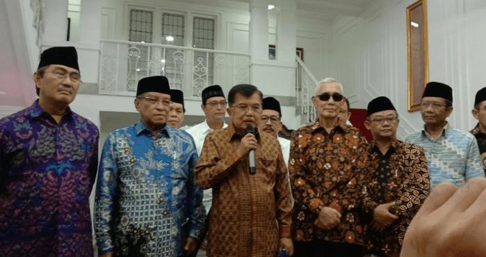 Jusuf Kalla saat bertemu dengan para tokoh politik di kediamannya.