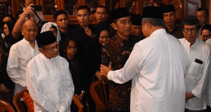 Presiden Jokowi saat melayat ke rumah duka.