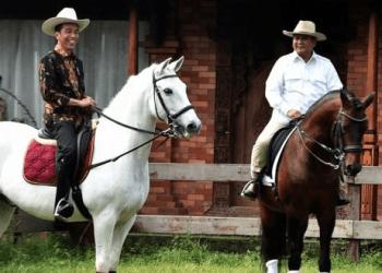 Presiden Jokowi saat naik kuda dengan Prabowo.