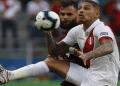 Penyerang timnas Peru Paolo Guerrero (kanan) berusaha mengamankan bola dari Bek Venezuela Jhon Cancelor (kiri). (Foto:AFP)