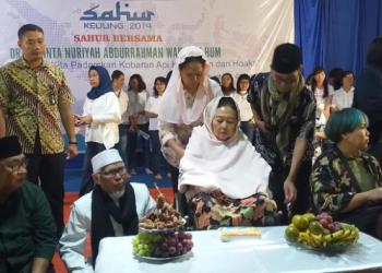 Sinta Nuriyah Wahid sahur bersama dengan warga.