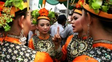 10092012-sekelompok-penari-tengah-bercakap-cakap-bergurau-dengan-penari-lainnya