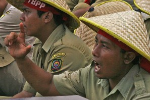 20130627 Demo Tenaga Harian Lepas Jadi PNS Menpan Mentan 04