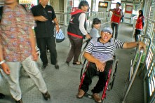 Mengantri di halte bus Transjakarta, Senen, Jakarta Pusat. ( Tajuk.co / Aljon Ali Sagara )