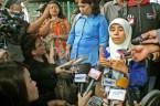 Memberikan keterangan pers disela perjalanan di Halte Transjakarta, Senen, Jakarta Pusat. ( Tajuk.co / Aljon Ali Sagara )