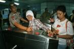Mitra rungu mengakses mesin tiket elektronik. ( Tajuk.co / Aljon Ali Sagara )