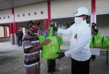 Photo of Walikota Madiun Distribusikan Sembako Kepada Modin, Penjaga Makam dan Penarik Gerobak