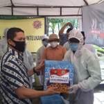 Polda Metro Jaya Bagikan Sembako kepada Pengurus TPU Pondok Ranggon, Jumat, (8/5).