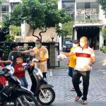 Aksi kemanusiaan bagi-bagi takjil gratis dan masker anggota dewan dari Partai Golongan Karya (Golkar) dilakukan bagi pengendara roda dua dan empat serta pekerja harian yang melintas di Jalan raya Kemakmuran, Kelurahan Margajaya, Kecamatan Bekasi Selatan, Sabtu, (16/5).