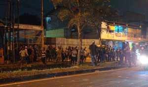 Organisasi Masyarakat (Ormas) di Kota Bekasi saling serang. Bentrokan tersebut diketahui sendiri terjadi di Jalan I Gusti Ngurah Rai, Bintara, Kota Bekasi, Jawa Barat pada Kamis (21/5
